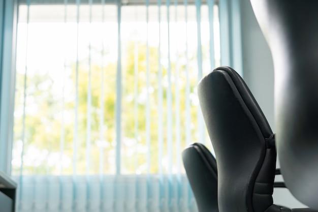Chaise de bureau avec fenêtre vue nature le soir