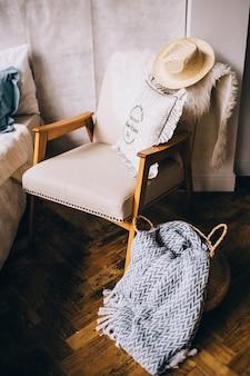Une chaise confortable à l'intérieur de la maison