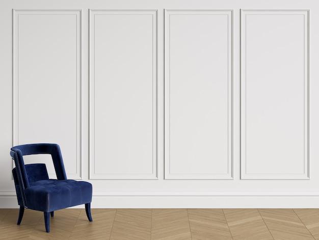 Chaise de couleur bleu profond dans un intérieur classique avec espace copie. murs blancs avec moulures. parquet au sol à chevrons. rendu 3d