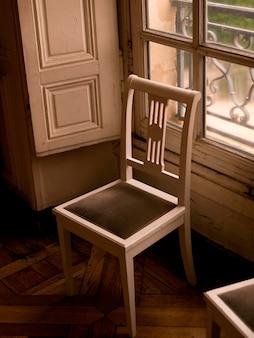Chaise devant la fenêtre