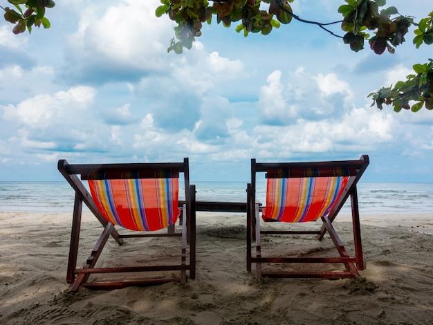 Chaise d'été pour vous détendre pendant vos vacances à la plage de thaïlande