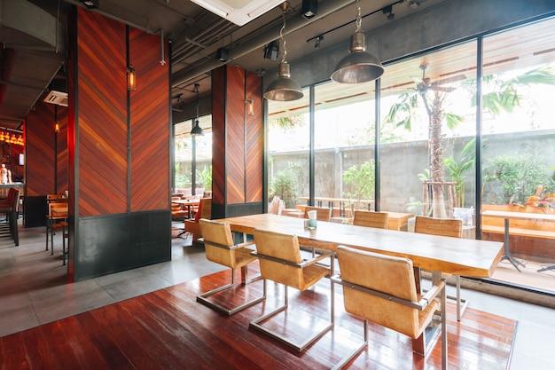 Chaise en fer avec assise et sièges en cuir placés devant un mur en bois.