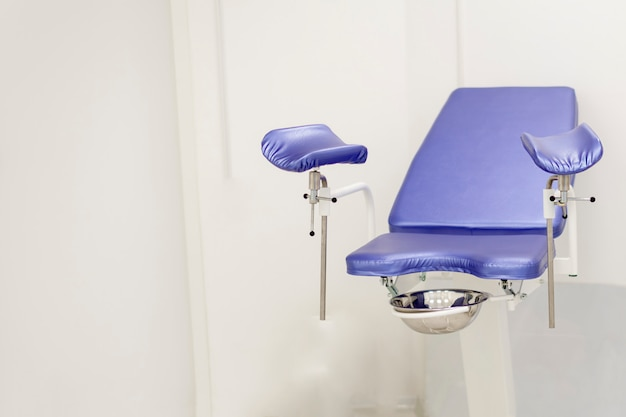 Chaise gynécologique dans le bureau d'une clinique professionnelle