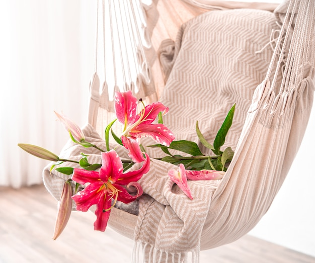 Chaise hamac est suspendue dans la pièce. endroit confortable pour se détendre à la maison.
