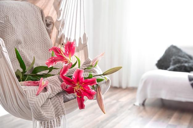 Une chaise hamac est suspendue dans la pièce. endroit confortable pour se détendre à la maison.