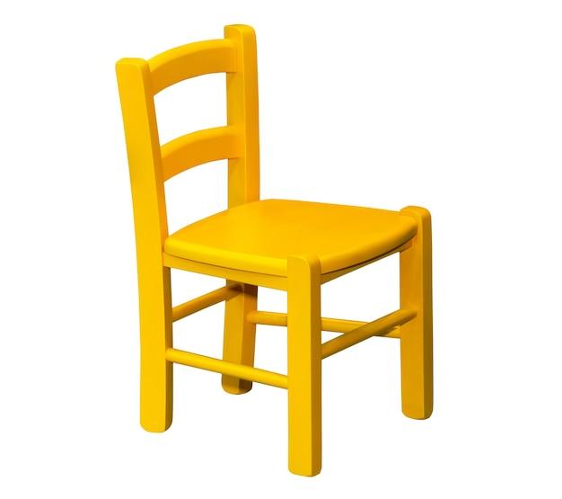 Chaise jaune en bois pour enfants isolé sur fond blanc