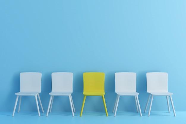 Chaise jaune exceptionnelle parmi la chaise bleu clair. chaises avec un impair dans une pièce de couleur bleu clair.