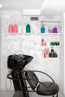 Chaise de lavage de cheveux dans un salon de coiffure