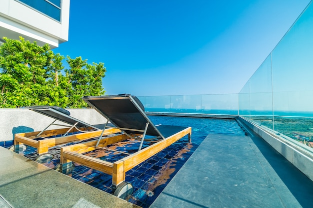 Chaise et lit autour de la piscine dans l'hôtel