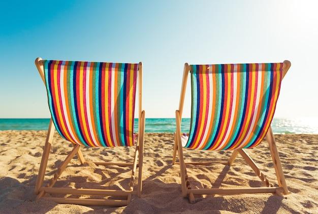 Chaise longue assortie en bois sur la plage
