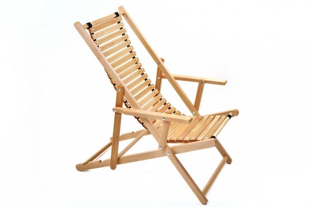 Chaise longue chaise en bois sur fond blanc