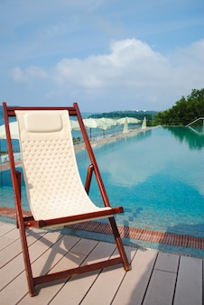 Chaise longue confortable pour une détente estivale confortable