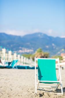 Chaise longue couleur menthe sur une plage européenne en italie
