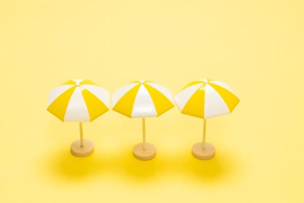 Chaise longue et parasol jaune sur jaune.