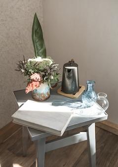 Chaise de maison avec un beau pot de fleurs et des objets décoratifs