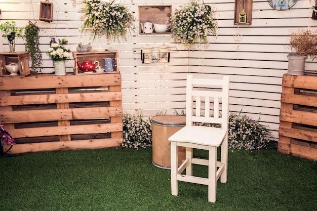 Chaise avec mur en bois vintage au premier plan d'accessoires vintage.