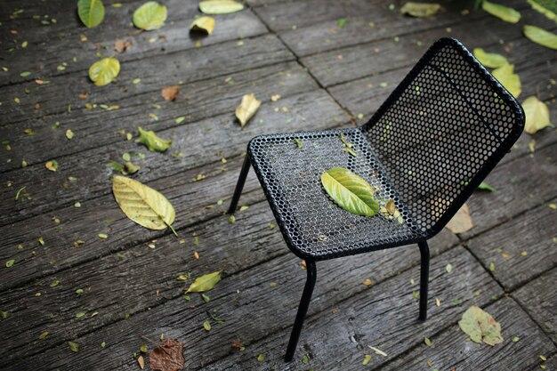 Chaise noire après de fortes pluies tombent dans le jardin.
