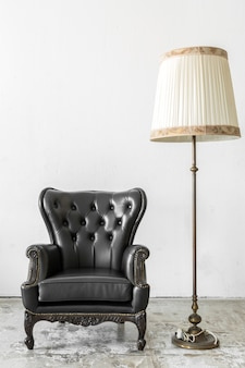 Chaise noire avec lampe