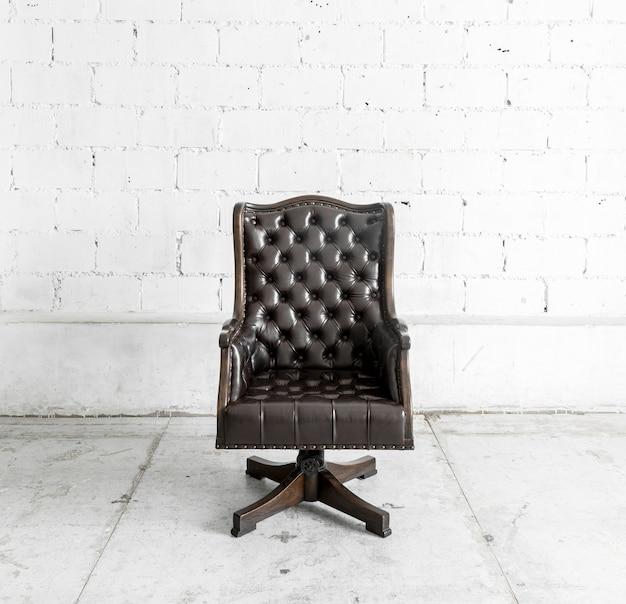 Chaise noire en salle vintage