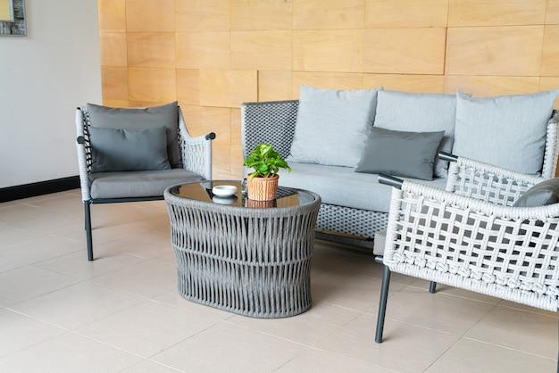 Chaise de patio extérieur vide et table avec oreiller