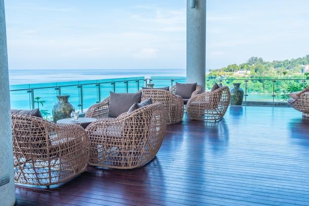 Chaise de patio et table avec fond vue mer