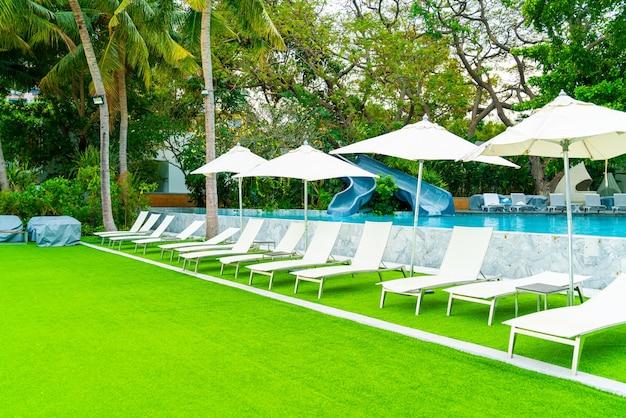 Chaise de piscine autour de la piscine dans la station hôtelière - concept de vacances et de vacances