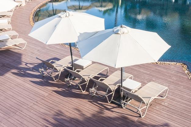 Chaise de piscine avec parasol