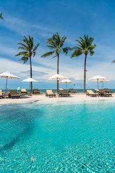 Chaise de plage autour de la piscine dans la station de l'hôtel