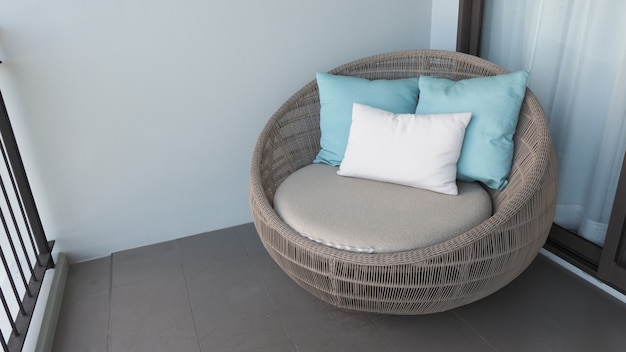 Chaise de plage extérieure sur le balcon ou la terrasse de la chambre d'hôtel en bois naturel appelé rotin