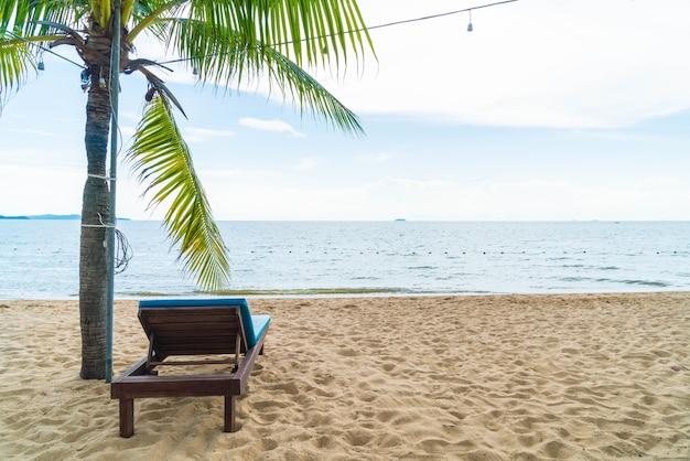 Chaise de plage, palm et plage tropicale à pattaya en thaïlande