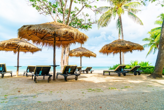 Chaise de plage et parasol avec plage océan mer
