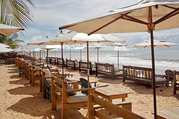 Chaise de plage et parasol