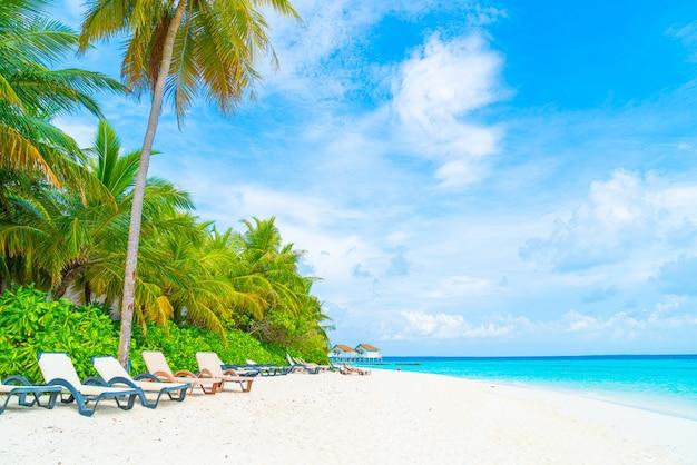 Chaise de plage avec tropical maldives resort hotel île et mer