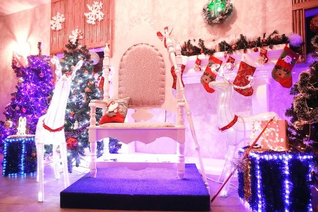 Chaise pour le père noël dans le salon festif. concept de vacances
