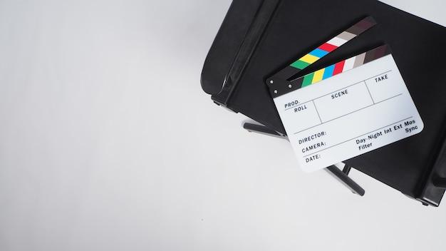 Chaise de réalisateur et clapper board ou film clapperboard ou ardoise sur fond blanc.
