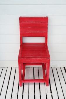 Chaise rétro en bois rouge d'extérieur