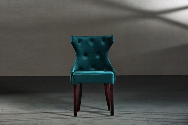 Chaise de salle à manger bleue dans une pièce aux murs gris
