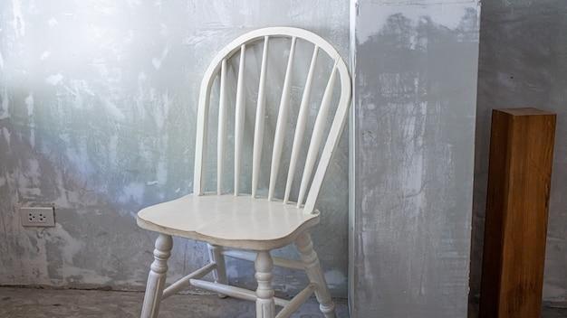 Chaise de salle à manger confortable en bois blanc