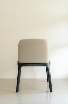 Chaise de salle à manger en cuir avec mur