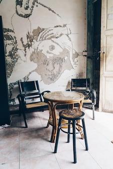 Chaise et table en bois vintage - filtre effet vintage