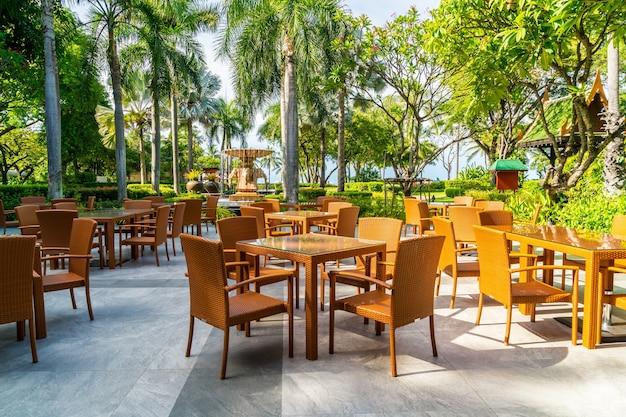 Chaise et table de patio extérieur au café-restaurant