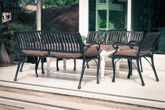 Chaise et table vides