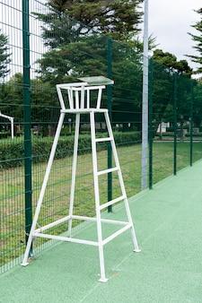 Chaise de tennis sur un terrain extérieur