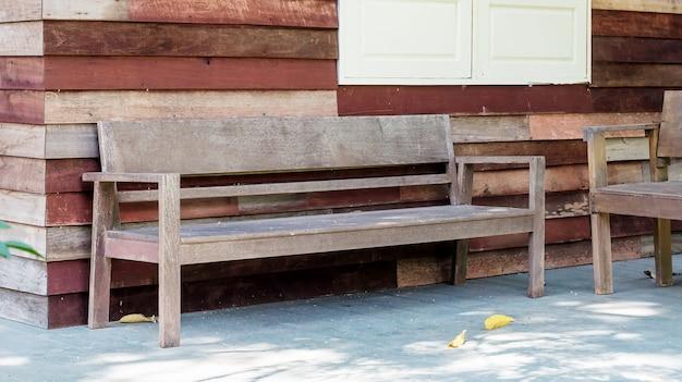 Chaise sur une terrasse pour faire une pause dans une maison.