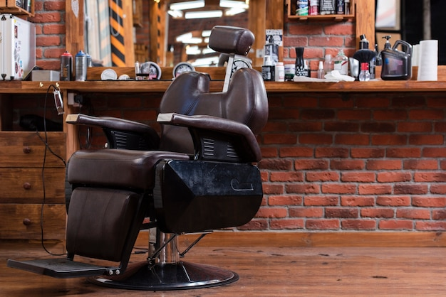 Chaise vide faible angle dans un salon de coiffure