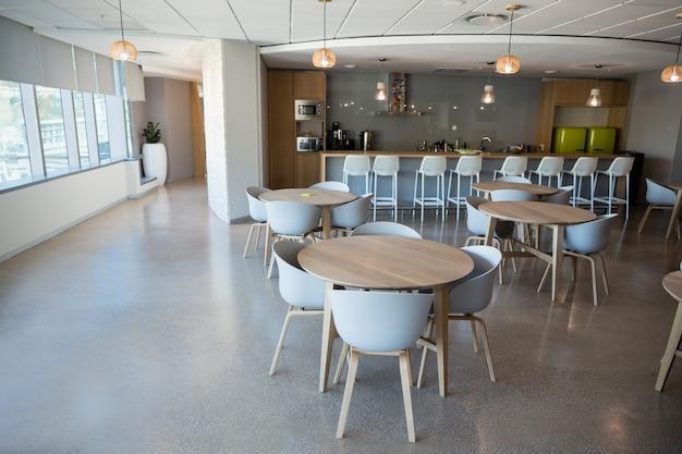 Chaise vide et table à la cafétéria