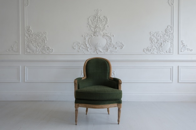 Chaise vintage à l'intérieur de la pièce antique
