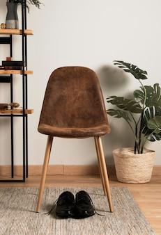 Chaise vue de face avec plante d'intérieur
