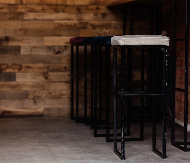 Chaises en acier dans un café intérieur et une cantine de style moderne - vides sans que personne n'utilise la zone