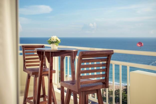 Chaises de balcon avec vue sur la mer